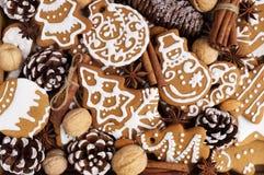 Weihnachtsplätzchen mit Gewürzen Stockbild