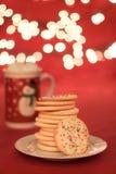 Weihnachtsplätzchen mit Lichtern stockbild