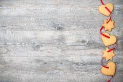 Weihnachtsplätzchen mit rotem Band Stockfoto