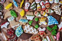 Weihnachtsplätzchen mit Zuckerglasur und besprüht Stockfoto