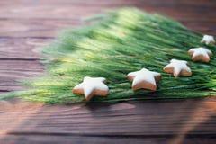 Weihnachtsplätzchen sternförmig mit weißer Zuckerglasur, selektiver Fokus Lizenzfreies Stockfoto
