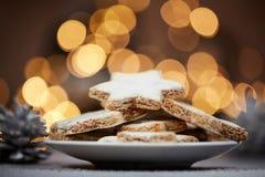 Weihnachtsplätzchen und Hintergrundlichter Lizenzfreies Stockbild
