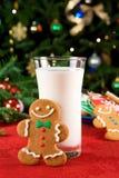Weihnachtsplätzchen und -milch Stockfotos