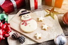 Weihnachtsplätzchen und neues Jahr in Form des Schneemannes auf Tabelle Lizenzfreie Stockfotos