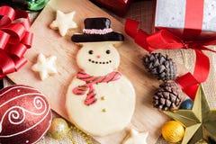 Weihnachtsplätzchen und neues Jahr in Form des Schneemannes auf Tabelle Lizenzfreies Stockbild