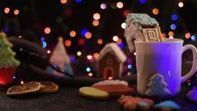 Weihnachtsplätzchen und Tasse Tee stock video