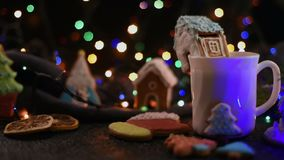 Weihnachtsplätzchen und Tasse Tee stock footage