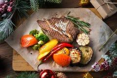 Weihnachtsplan des Fleischsteaks mit Gemüse stockfotografie