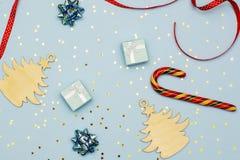 Weihnachtsplan hölzerne Weihnachtsdekorationen, Dekor und Minimalist Weihnachtsgeschenke lizenzfreie stockfotos