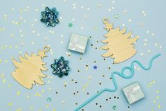 Weihnachtsplan hölzerne Weihnachtsdekorationen, Dekor und Minimalist Weihnachtsgeschenke lizenzfreie stockbilder