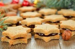 Weihnachtsplätzchen mit Schokolade Stockbilder