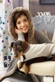 Weihnachtsporträt der Frau und des Hundes Stockfoto