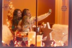 Weihnachtsporträt der glücklichen dreiköpfiger Familie zu Hause Stockfoto