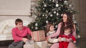 Weihnachtsporträt der schönen Familie stock footage