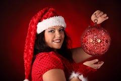 Weihnachtsporträt von schönem plus junge Frau der Größe Stockfoto