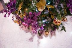 Weihnachtspost mit einer Kartenanmerkung Stockbild