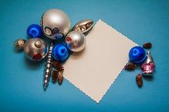 Weihnachtspostkarte in den blauen Farben Stockbild