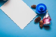 Weihnachtspostkarte in den blauen Farben Stockbilder