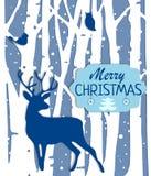 Weihnachtspostkarte mit Bäumen und Rotwild in den blauen Farben Lizenzfreies Stockbild