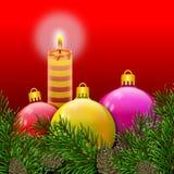 Weihnachtspostkarte mit bunten und glänzenden Bällen der brennenden Kerze, eingewickelt in den Kiefernniederlassungen mit pinecon stockfotos