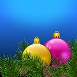 Weihnachtspostkarte mit den bunten und glänzenden Bällen eingewickelt in den Kiefernniederlassungen mit pinecones Blumenauslegung stockbild