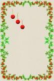 Weihnachtspostkarte mit drei roten Weihnachtsbällen und Rahmen g stockfotografie