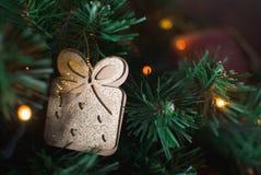 Weihnachtspostkarte mit Geschenk Stockfotografie