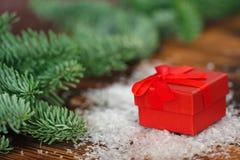 Weihnachtspostkarte mit Präsentkarton Stockfotografie