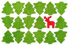 Weihnachtspostkarte mit roten Rotwild unter Tannenbäumen Lizenzfreies Stockfoto