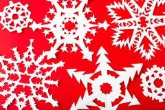 Weihnachtspostkarte mit wahren Papierschneeflocken Lizenzfreie Stockfotografie
