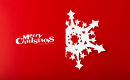 Weihnachtspostkarte mit wahren Papierschneeflocken Stockfoto