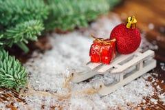 Weihnachtspostkarte mit Weihnachtsspielwaren und -geschenken Stockbild