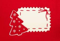 Weihnachtspostkarte und Baum des neuen Jahres auf Rot Stockfotografie