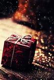 Weihnachtspräsentkarton mit Dekorationen auf dunklem hölzernem Lizenzfreie Stockfotografie