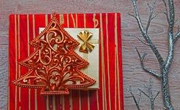 Weihnachtspräsentkartons auf verzierter Tabelle Stockfotos