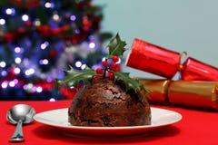 Weihnachtspudding mit Stechpalme und Crackern Lizenzfreies Stockbild