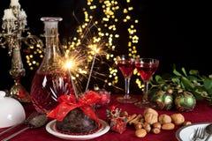 Weihnachtspudding und funkelndes Feuer Stockfoto