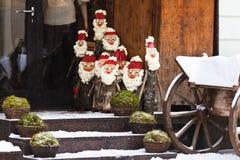 Weihnachtspuppen auf einer Straße von Vilnius Stockfotografie