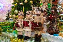 Weihnachtspuppen und -verzierungen auf Verkäufen Stockfotografie
