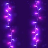 Weihnachtspurpurroter Hintergrund mit hellen Girlanden Lizenzfreie Stockfotografie