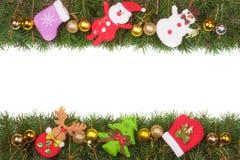 Weihnachtsrahmen gemacht von den Tannenzweigen verziert mit goldenen Bällen Schneemann und Santa Claus lokalisiert auf weißem Hin Stockfotografie