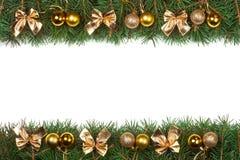 Weihnachtsrahmen gemacht von den Tannenzweigen verziert mit goldenen Bällen und von den Bögen lokalisiert auf weißem Hintergrund Lizenzfreie Stockfotografie