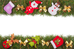 Weihnachtsrahmen gemacht von den Tannenzweigen verziert mit goldenen Bögen Schneemann und Santa Claus lokalisiert auf weißem Hint Stockbilder