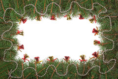Weihnachtsrahmen gemacht von den Tannenzweigen verziert mit Perlen und Glocken auf weißem Hintergrund Lizenzfreies Stockbild