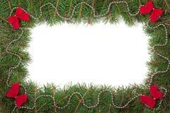 Weihnachtsrahmen gemacht von den Tannenzweigen verziert mit Perlen und von den Rotbögen lokalisiert auf weißem Hintergrund Stockbild