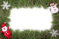Weihnachtsrahmen gemacht von den Tannenzweigen verziert mit Santa Claus-Schneemann und von den Perlen lokalisiert auf weißem Hint Stockfoto