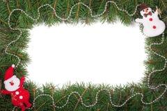 Weihnachtsrahmen gemacht von den Tannenzweigen verziert mit Santa Claus-Schneemann und von den Perlen lokalisiert auf weißem Hint Stockbilder