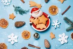 Weihnachtsrahmen gemacht von Santa Claus-Orangen Zimt, Süßigkeiten, verschiedener festlicher Dekor Kopieren Sie Platz Abschluss o Lizenzfreie Stockbilder