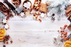 Weihnachtsrahmen mit Gewürzen, Nüssen und Keksen Lizenzfreies Stockfoto