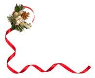 Weihnachtsrahmen mit rotem Band, goldenem Kiefern-Kegel und kleinem Geschenk Stockfotos